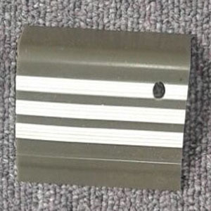 stepnosing karet abu-abu garis putih